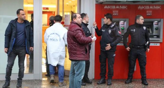 Banka Soyguncusu Para ve Güvenlik Görevlisinin Silahını Alıp Kaçtı