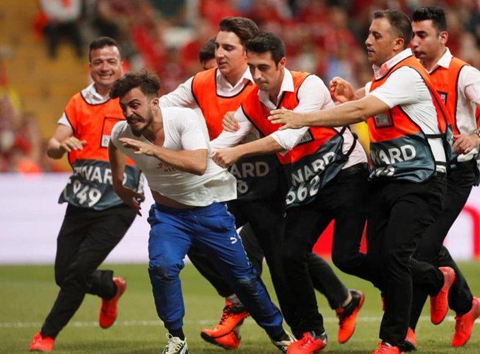 Liverpool Chelsea maçında sahaya giren taraftara özel güvenlikler müdahale etti
