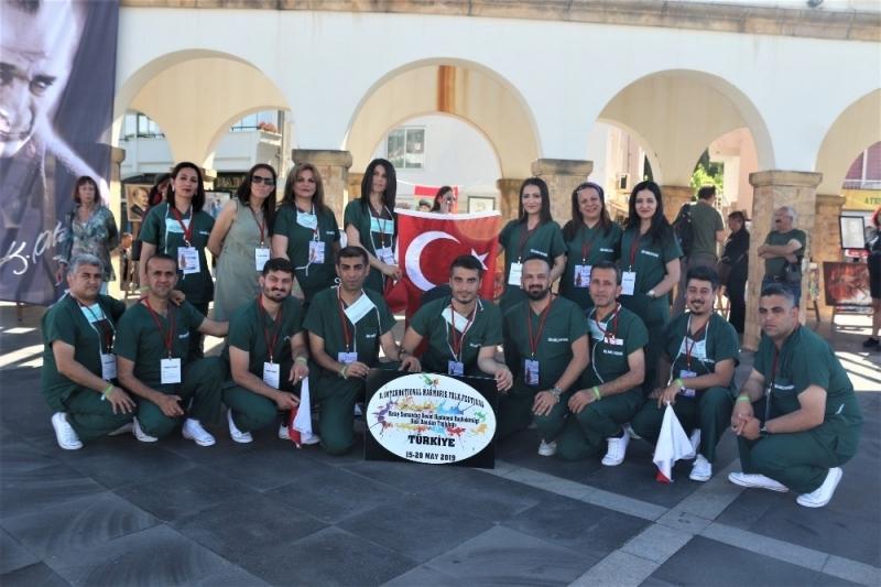 Türkiye'de Bir İlke İmza Attılar Aralarında Güvenlik Görevlisinin de Bulunduğu Ekip Ameliyathane Kıyafetleriyle Halk Oyunu Oynadılar