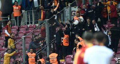 Galatasaraylı Taraftarlar Güvenlik Görevlisini Hastanelik Etti