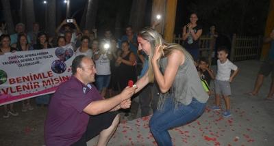 Özel Güvenlik Görevlisi Sürpriz Evlenme Teklifinde Bulundu