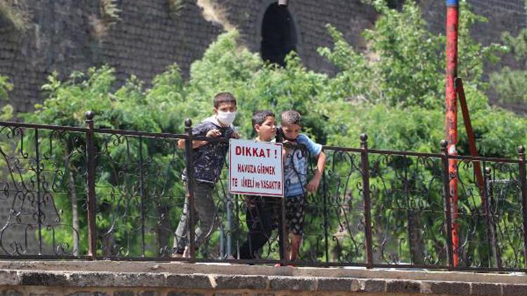 Çocuklar havuza girmek, güvenlik görevlileri ise sokmamak için nöbette