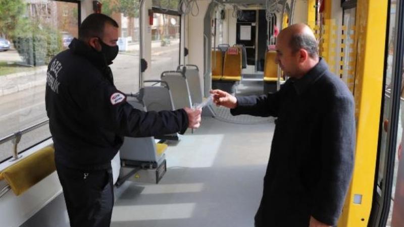 Eskişehir Büyükşehir Belediyesi ücretsiz maske dağıttı