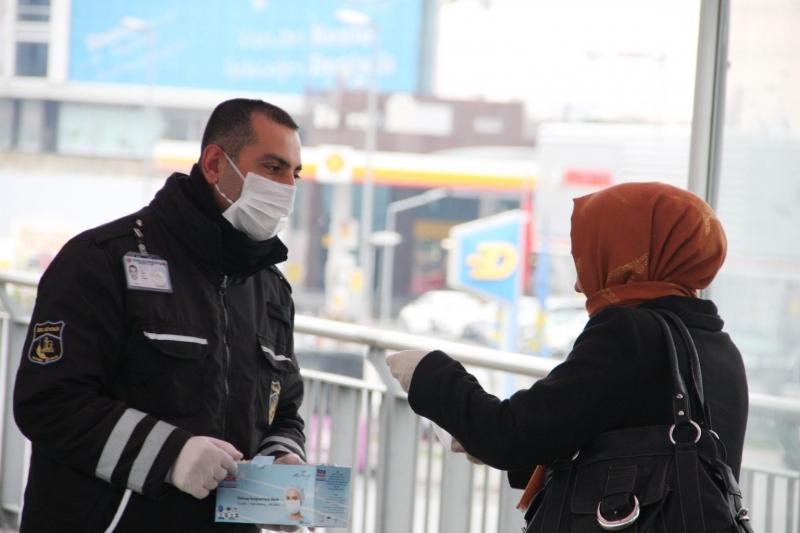 İstanbul'da güvenlik görevlileri maske dağıttı
