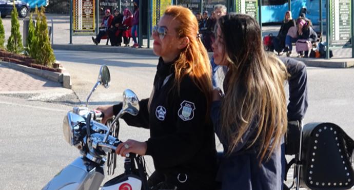 Kadın Güvenlik Görevlisi, Sınava Geç Kalan Öğrenciyi Böyle Yetiştirdi