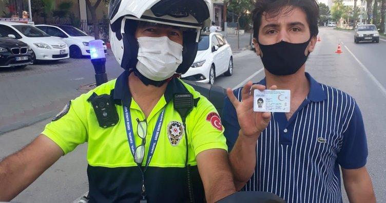 Kimliğini otobüste unuttu, polislerden yardım istedi