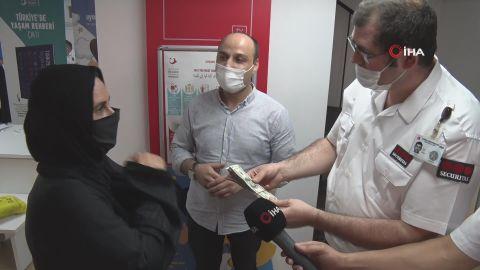 Özel güvenlik görevlisi bulduğu 90 bin TL'ye yakın para dolu çantayı sahibine teslim etti