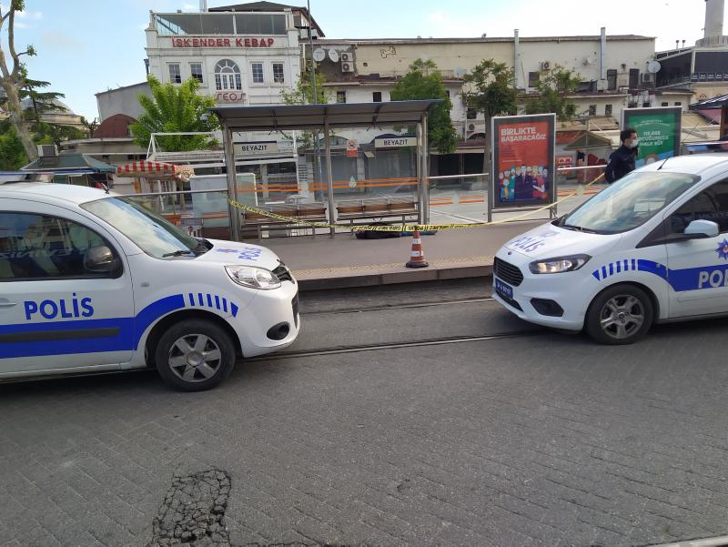 Özel güvenlik  tramvay durağında nöbet değişimi yaparken cesedi fark etti