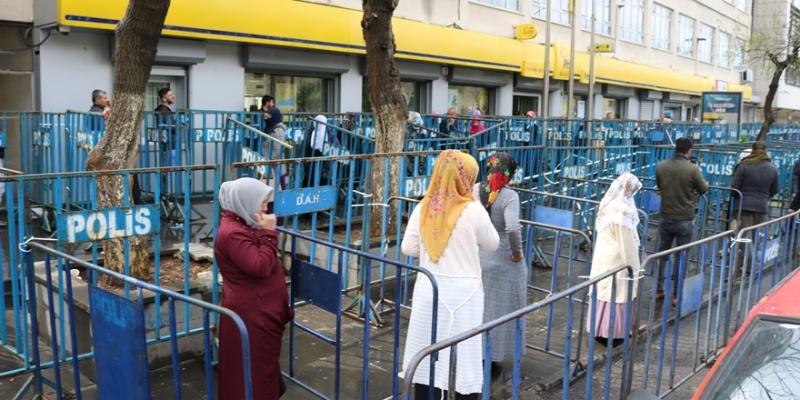 PTT Önlerinde Polis'lerden Mesafe Bariyeri