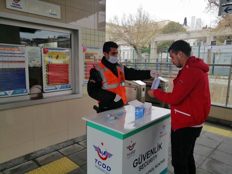TCDD'de Özel Güvenlikler Marmaray ve Başkentray'da Maske Dağıttı