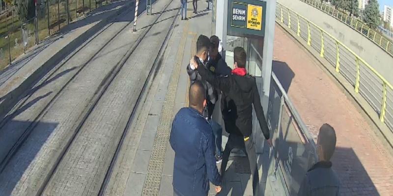 Tramvay Durağında Kendisini Uyaran Güvenlik Görevlisini Sırtından Bıçakladı