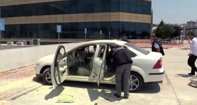 Yanan Otomobildeki Engelli Genci Özel Güvenlik Görevlisi ve İtfaiye Ekipleri Kurtardı