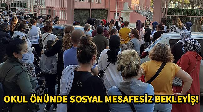 Güvenlik Görevlisinin Sosyal Mesafe Uyarasına Aldırış Etmeden Beklediler