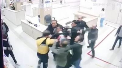 Hasta yakınlarının darp ettiği personeli güvenlik görevlileri kurtardı
