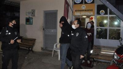 Hem Darbettiler Hem Gasbetmeye çalıştılar! O saldırganları Güvenlik Görevlisi Yakaladı
